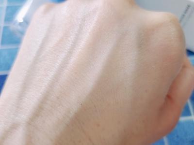 ラネージュ ウォーターバンク ハイドロエッセンス 塗布後の手の甲