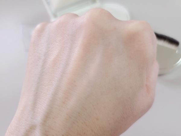 HERA/ヘラ エアリーパウダープライマーを塗る前の手の甲