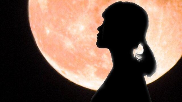 スーパーブラッドムーン 紅い月と女性 イメージ