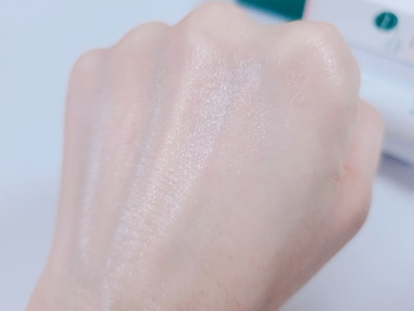 VTシカクリームを手の甲に塗布した後